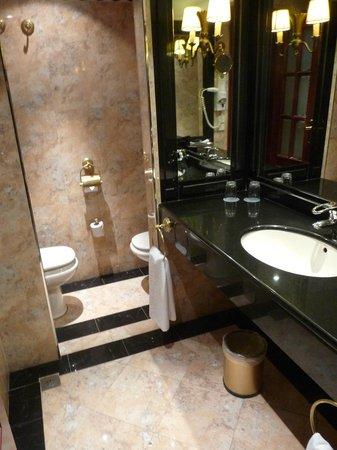 salle de bains avec toilette séparé - Photo de Melia Zaragoza ...