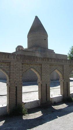 Chasma Ayub Mausoleum: La cupola conica