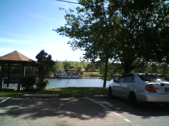 Americas Best Value Inn - St. Albans / South Charleston : The river view outside of our room