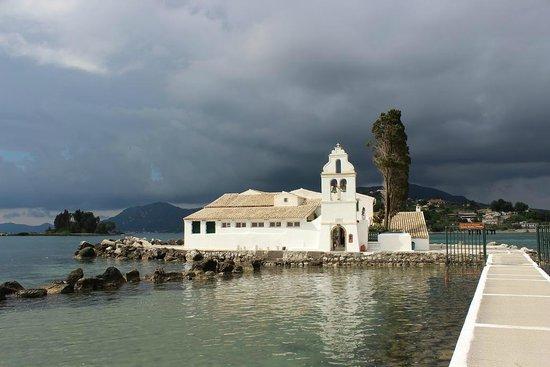 Peloponnese, Hellas: Weiße Klosterkirche vor drohendem Wolkenbruch