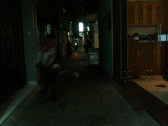 Khoi 2 Hotel: Pasillo lateral, uno de los accesos al hotel