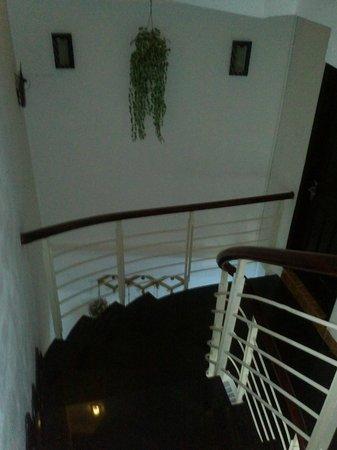 Khoi 2 Hotel: Escalera