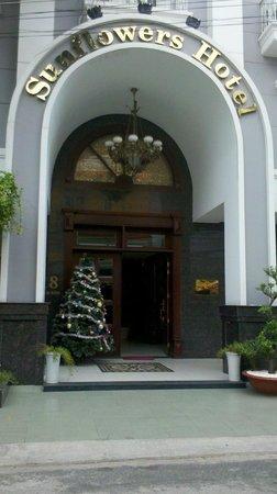 Sunflower Luxury Hotel: Entrada