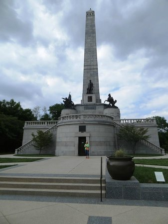 Oak Ridge Cemetery: Thye monument is grand and can be seen from quite a distance
