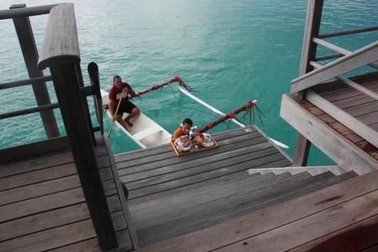 Four Seasons Resort Bora Bora: Canoe breakfast