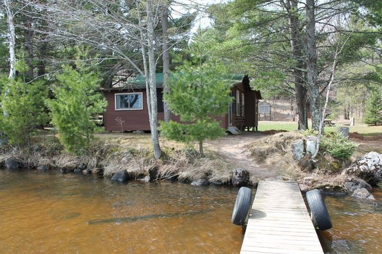 Northland Lodge: Rustic but VERY COMFORTABLE LOG CABINS 15' from shore with your own boat dock!