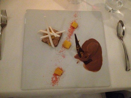 Le Sélys : dessert (sorbet chocolat et mousse chocolat sur craquant accompagné de meringues au yaourt)