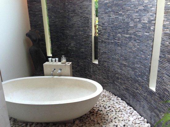 The Purist Villas and Spa: River 1 villa bathroom/tub