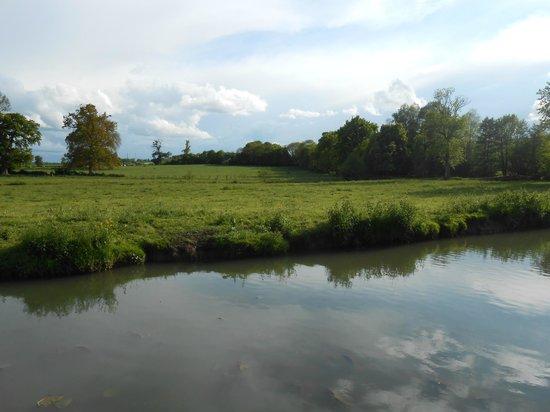 Chateau de Beaujeu: rivière en contre-bas