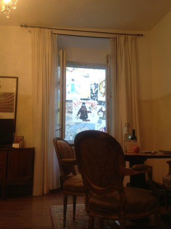 Grand Hotel Orphee: Hotel Room with window overlooking modern art in the courtyard