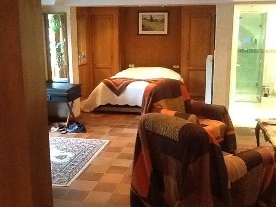 Hotel Restaurant les Pins : une des chambres de la suite
