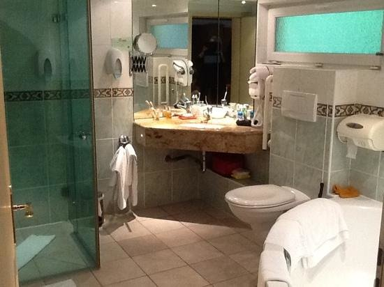 Hotel Restaurant les Pins : la salle debain de la suite