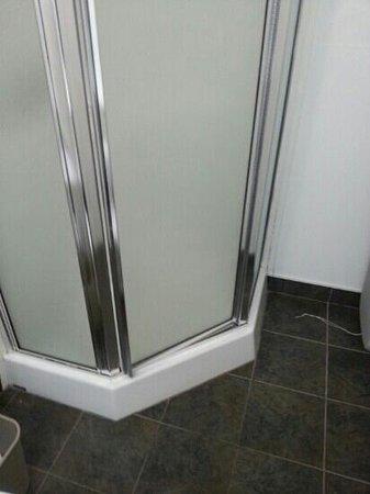 Hotel & Suites Monte-Cristo: porte douche qui ferme mal