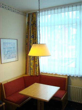 Mercure Hotel Garmisch-Partenkirchen: Seating area in room with large wall-to-wall scenic windows!