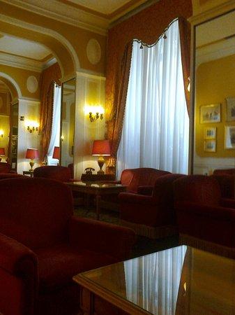 Bettoja Massimo D'Azeglio Hotel: Salottini nella hall dell'Hotel Bettoja D'azeglio