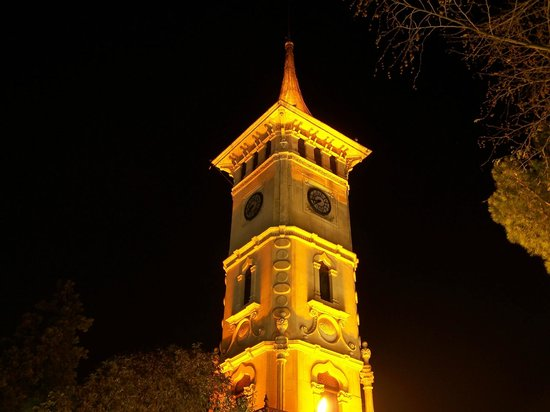 Izmit, Turquía: gece saat kulesi