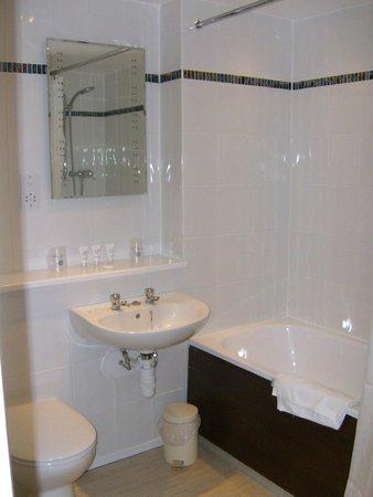 BEST WESTERN Rose And Crown In Tonbridge: Hotel Bathroom