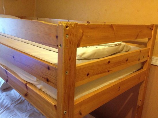 City Hotel Avenyn : Kvalitén på ett medelmåttigt rum. Tasiga möbler och damm.