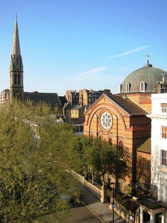 Princes Square Hotel: Вид из окна с другой стороны, храм христианский, 5 мая встречали там пасху