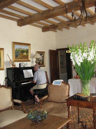 Le Balcon  Des Alpilles: Dans cet angle de la salle de séjour un beau piano permet a un hôte séniors de se faire plaisir