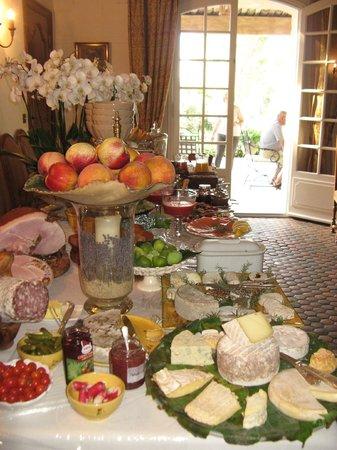 Le Balcon  Des Alpilles: Le buffet du savoureux et copieux petit déjeuner,rien ,rien ne manque ! Goutez le jambon a l'os.