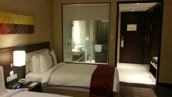 Holiday Inn Pune Hinjewadi: Room with Glass Bathroom