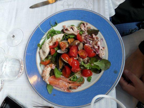 Creuza de ma: Insalatina di mare tiepida con pomodorini e misticanza