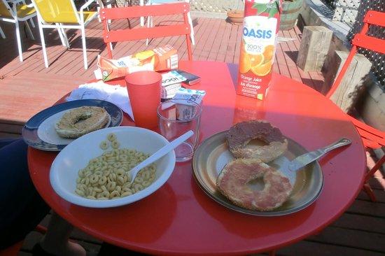 Le 9 et demi: Petit-déjeuner en terrasse