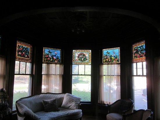 Black Swan Inn Bed and Breakfast: Beautiful Parlor Room