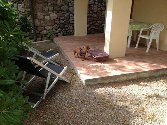 Residence Capo Bianco filce : veranda con tavolo e possibilita di mangiare e rilassarsi fuori