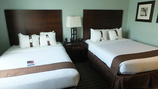 Holiday Inn Hotel & Suites, Williamsburg-Historic Gateway: Rm 501 Beds