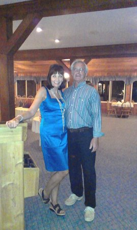 Churchill Pointe Inn: Owners Sharon & Don Geib - she was dressed to fit the 1930s prohibition theme.