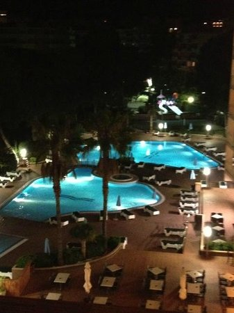Golden Avenida Suites: Night time view