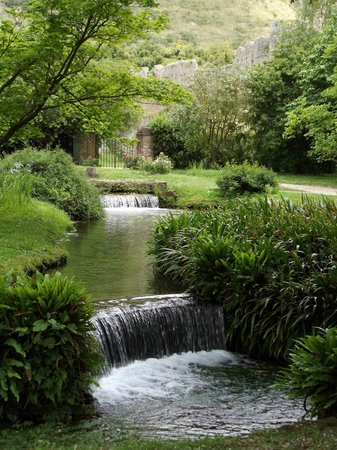 Cisterna di Latina, อิตาลี: uno dei tanti ruscelli che irrigano il giardino