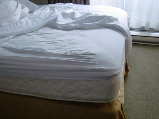 Hotel Faubourg Montreal : Full size sheets on a Queen sized mattress.