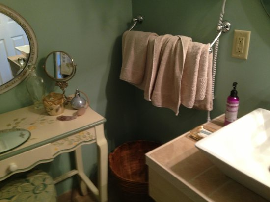 A Stone's Throw Bed and Breakfast: Bath with organic amenities!