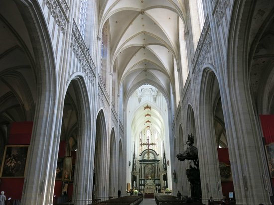 Catedral de Nuestra Señora (Onze Lieve Vrouwekathedraal): Nave, choir, and altar of Cathedral of Our Lady - Antwerp