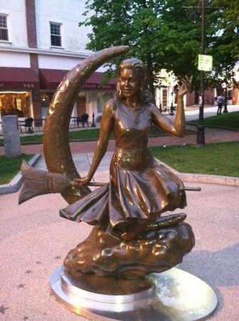 Salem Waterfront Hotel & Suites: Bewitched Statue