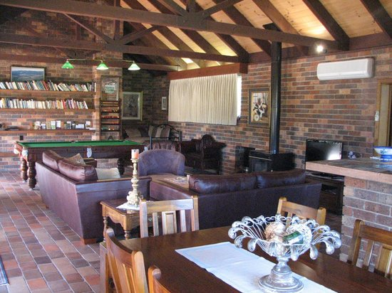 Langbrook Estate Cottages: Langbrook Cottage: lounge and living area