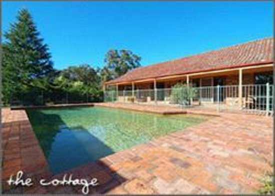 Langbrook Estate Cottages: Langbrook Cottage and pool surrounds
