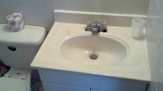 Seville Hotel & Apartments : Bathroom Sink