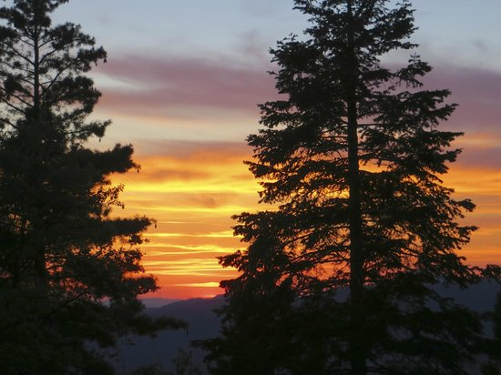 Yosemite West High Sierra Bed and Breakfast : Sunset as seen from the High Sierra balcony
