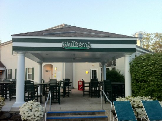 Marriott's Fairway Villas: Mulligans by the pool area