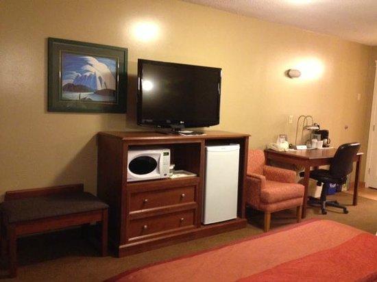 Best Western Sicamous Inn: TV, Fridge, Microwave area