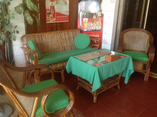 Emerald Bar and Guesthouse: Our patio area