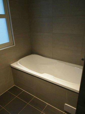Hotel Puri Ximen Branch: Bath Tub