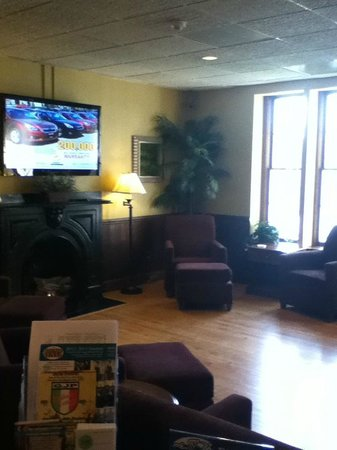 Beacon Hotel Oswego: Lobby area with newpapers, area attractions info, and tv