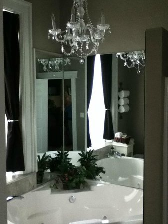 Beacon Hotel Oswego: King room with Jacuzzi tub (separate walk-in shower)