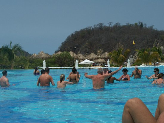 Secrets Huatulco Resort & Spa: pool volleyball