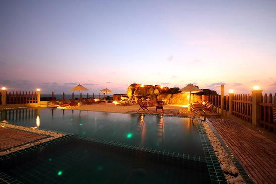 Thaproban Pavilion Resort and Spa : Pool area by night